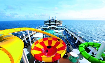 En ting er sikkert - ingen skal kjede seg verken i land eller om bord på et cruiseskip i Middelhavet. Norwegian Epic har sklier som kan konkurrere med Sommarland. Foto: NCL