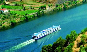 Et cruise i portvinens hjemland går gjennom frodige daler og åser dekket av vinranker. Foto: Escape Travel