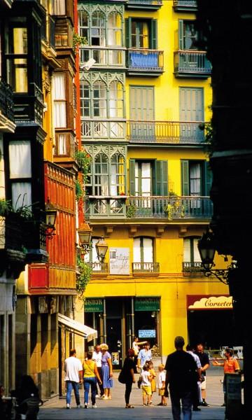 Innbygde balkonger, galerías, er populært i Nord-Spania, hvor soltimene er færre og innbyggerne derfor gjerne vil beholde varmen i leiligheten i stedet for å slippe den ut. Foto: Gjermund Glesnes