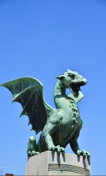 Ljubljana har ingenting å gjøre med Game of Thrones, men det burde den kanskje. For dette er dragenes hjemby. Den mest kjente av dragene holder til i Dragebrua, som en gang i tiden var byens inngangsport. Foto: Torild Moland