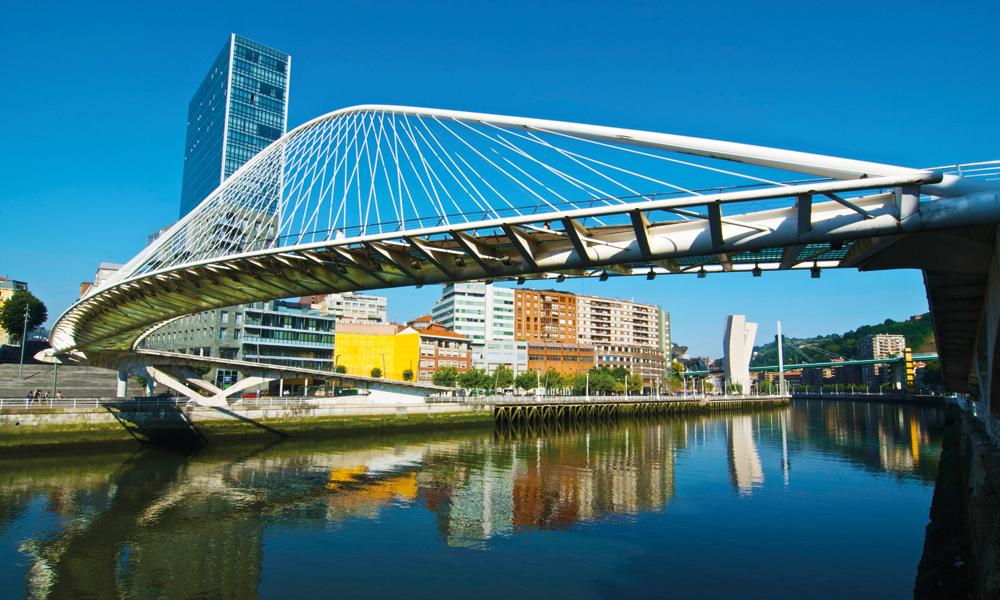 I «nye Bilbao» gjennomsyrer moderne arkitektur det meste, også broene sm blir bygd over Nervión-elva. Fotgjengerbroa Zubizuri er kanskje den aller fineste. Foto: Gjermund Glesnes