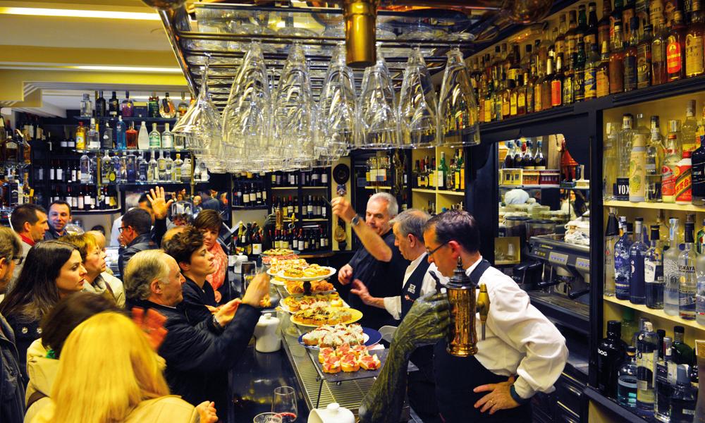Tommelregelen er én pintxo per bar, og så videre til den neste. Foto: Gjermund Glesnes