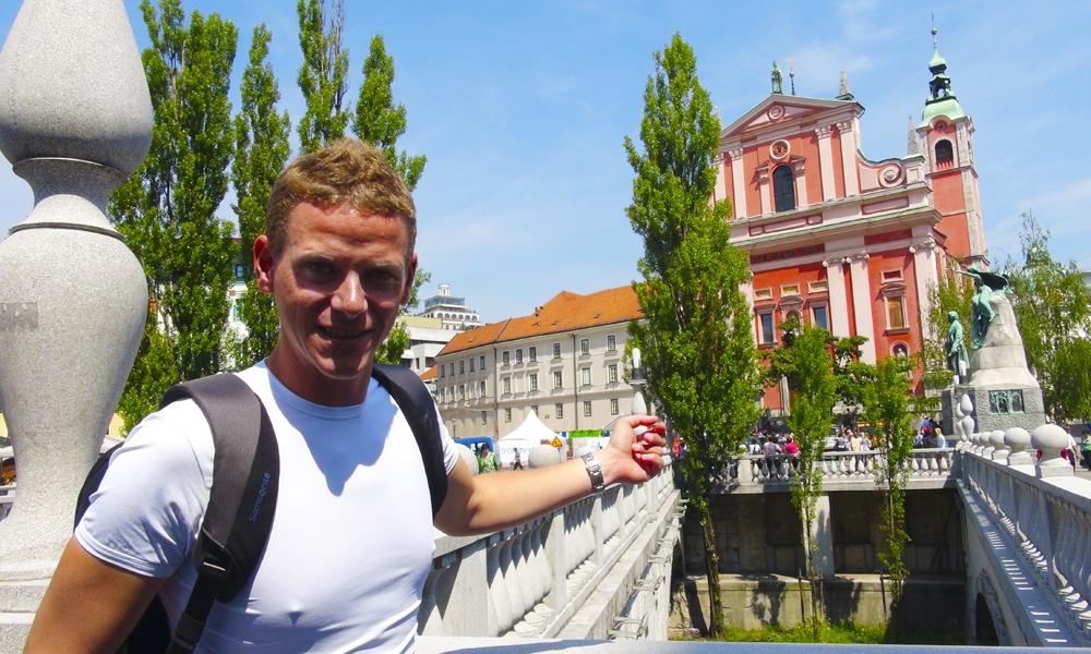 Preseren-torget (med den røde Fransiskanerkirken) er byens sentrum, og herfra går den berømte Trippelbroen, som er guiden Martin Sustersics favoritt av byarkitekt Jože Plečnik sine imponerende verk. Foto: Torild Moland