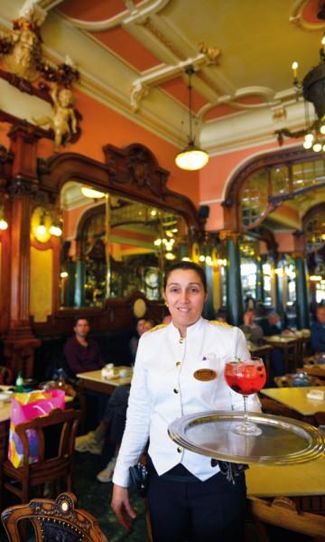 Etter åtte år som servitør på Café Majestic synes Carla Ribeiro fortsatt at interiøret er flott. Foto: Gjermund Glesnes