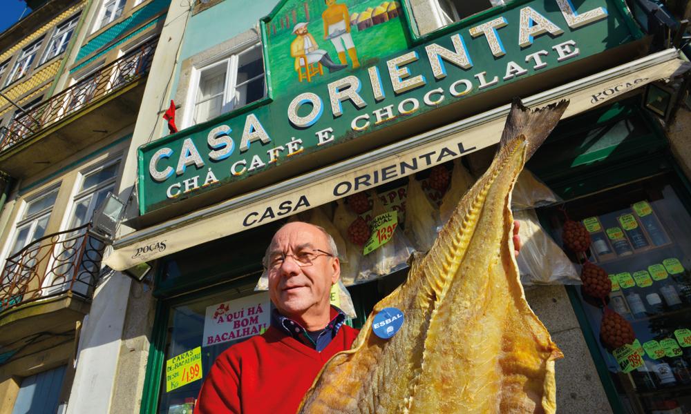 Etter 50 år med kjøp og salg av bacalhau er det lite José Maria i Casa Oriental ikke vet om saltet og tørket torsk. Foto: Gjermund Glesnes