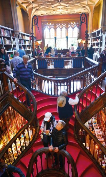 Livraria Lello har blitt kåret til en av verdens tre vakreste bokhandlere, og er nesten like mye severdighet som et sted du kjøper bøker. Foto: Gjermund Glesnes