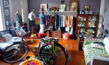 To etasjer over tehuset Rota do Cha har Miguel Ortigão en butikk som utelukkende selger ting han selv liker. Foto: Gjermund Glesnes