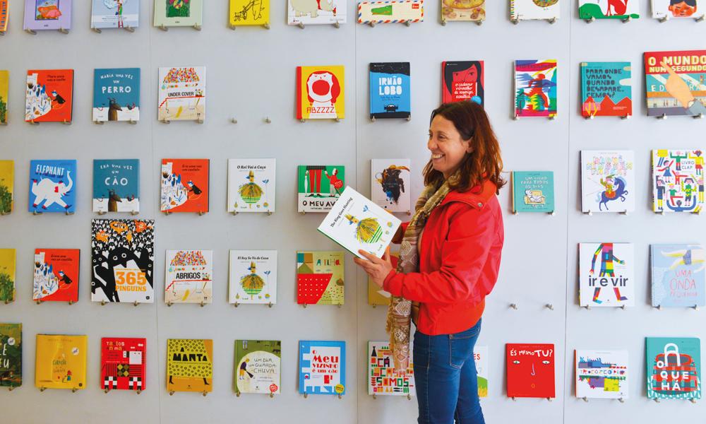 Adélia Carvalho nøyer seg ikke bare med å skrive barnebøker. Hun har også en egen butikk, der hun viser at bøker er kunst. Foto: Gjermund Glesnes
