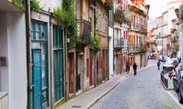 Smijernsbalkonger, fliser, karmer og dører - fargene er mange og flotte langs gatene i Porto. Foto: Gjermund Glesnes