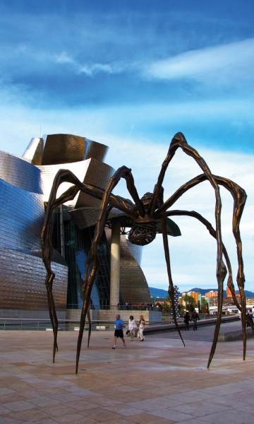 Louise Bourgeois´edderkoppskulptur Maman med Guggenheim-museet i bakgrunnen er et av de aller mest fotograferte motivene i Bilbao. Med god grunn. Foto: Gjermund Glesnes