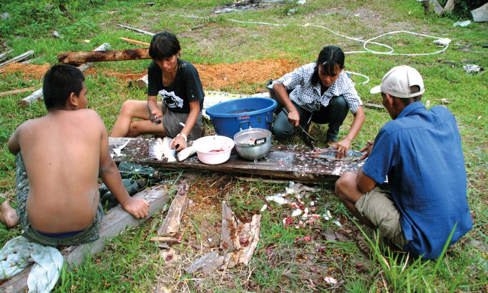 Når fisken er på land tar damene over jobben, før alle involverte deler på fangsten. Foto: Frank Hansen