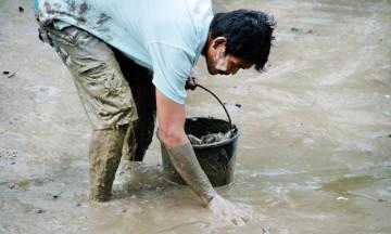 Både slanger og fisker med giftpigger kan ligge gjemt i den mørke gjørma, så her gjelder det å tre varsomt. Foto: Frank Hansen
