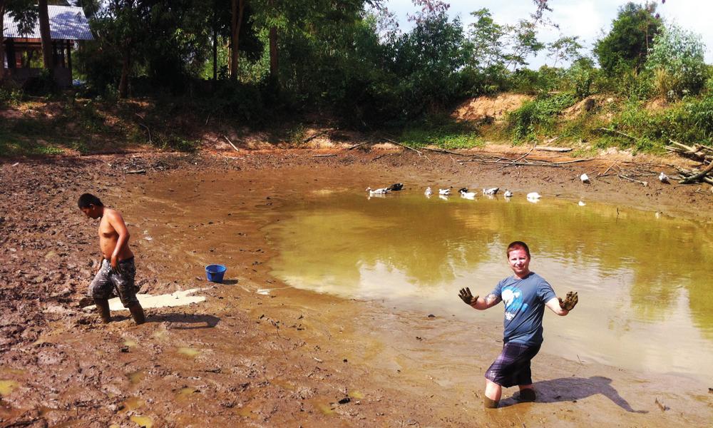 Når vannet er pumpet ut, er det bare å plukke opp godbitene. Men også farlige vesener kan gjemme seg i gjørma. Foto: Frank Hansen