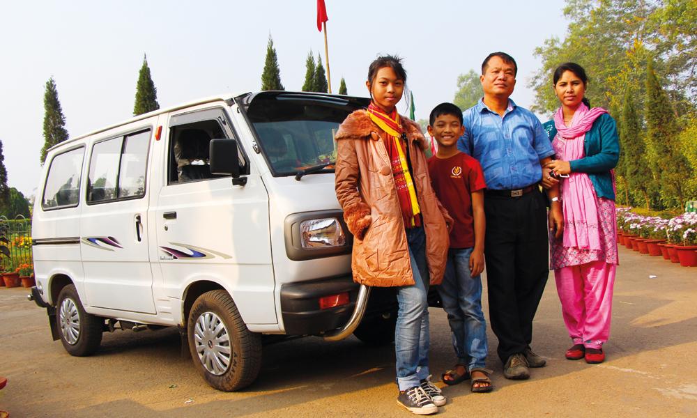 Kherengbar (15), Baslang (10), Bijoy (38) og Mina (34) Debbarma poserer foran den nyinnkjøpte bilen og er klar for roadtrip. Foto: Frank Hansen