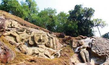 Unakoti er datert til rundt 700-tallet og viser bilder av skikkelser fra shivais - men hugget inn i fjellveggene. Fortsatt idag kommer folk hit på pilegrimsferd. Foto: Frank Hansen