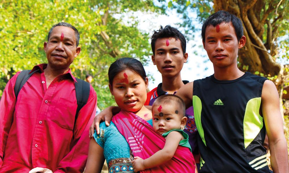 «Unnskyld, men kan du ta et bilde av familien min?» De stiller seg sammen og retter opp ryggen. Etterpå tar alle meg i hånden og takker for at jeg tok bilde av dem. Foto: Frank Hansen
