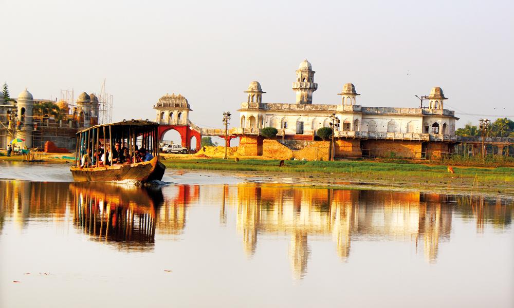 Vannpalasset Neermahal ved innsjøen Rudrasagar stod ferdig i 1930, og er idag Tripuras største attraksjon. Foto: Frank Hansen