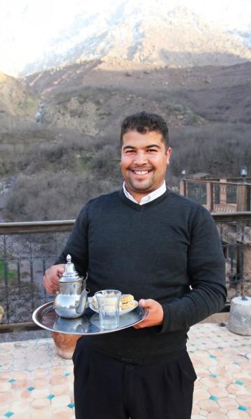 Alle de ansatte kommer fra nærområdet, og deler gjerne av sin lokalkunnskap over en kopp te. Foto: Runar Larsen