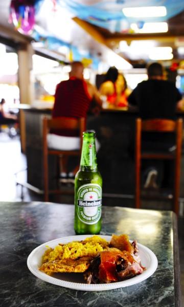 Delikatessen lechón asado – helstekt gris – nyes best sammen med en iskald øl. Foto: Torild Moland