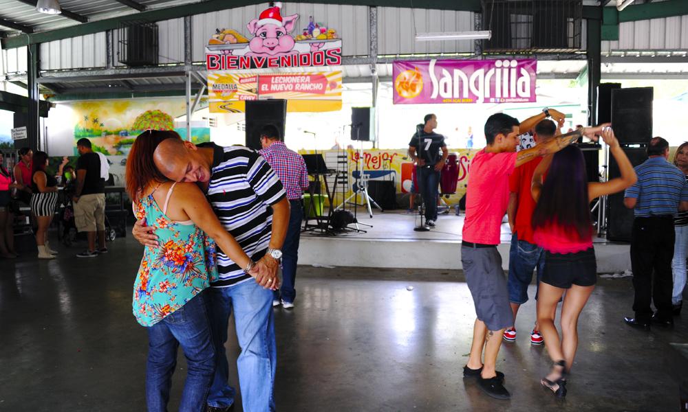Folk helt fra San Juan kommer til det lille stedet Guavate langt ute på landsbygda for å feste i helgene. Foto: Torild Moland
