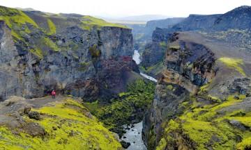 Ett enslig menneske blir lite i forhold til den veldige canyonen Markarfljótsgljúfur. Foto: Gjermund Glesnes