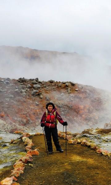 Vi har ikke gått mange timene dra Landmannalaugar før vi kommer til de første svoveldampende hullene i bakken. Kate McBride fra Fife i Skottland har aldri sett noe lignende. Foto: Gjermund Glesnes