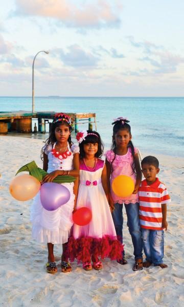 Lokalbefolkningen er gjestfrie og inkluderende, og man får lett kontakt med både voksne og barn. Her er en gjeng pyntet til Eid-feiring. Foto: Yvonne Melby Schulze