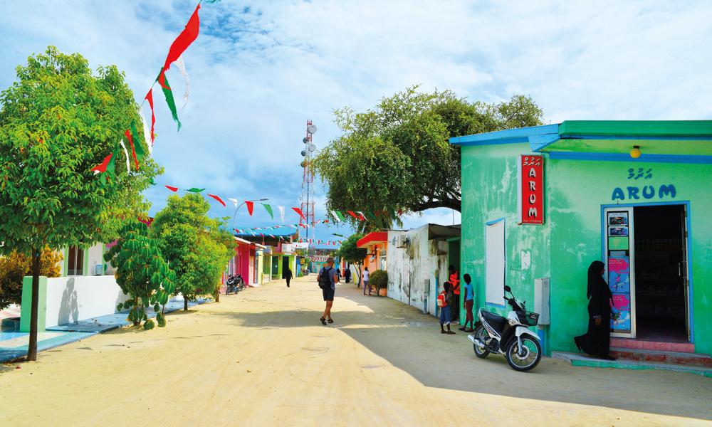 Små, fargerike butikker og restauranter ligger side om side langs sandgatene på Maafushi. Foto: Yvonne Melby Schulze