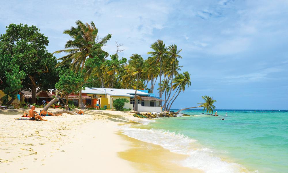 På den lokale øya Maafushi har turistene fått sin egen del av stranda, der det er tillatt å sole seg og bade i bikini. Foto: Yvonne Melby Schulze