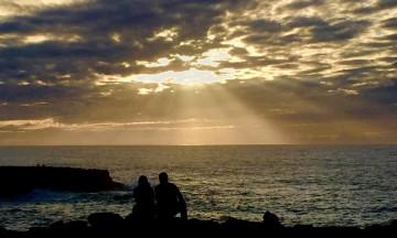 Så med ett er vi ved havet, og vi setter oss ned og nyter solnedgangen. Rabat er den første moderne byen vi møter på turen. Foto: Hans-Christian Bøhler