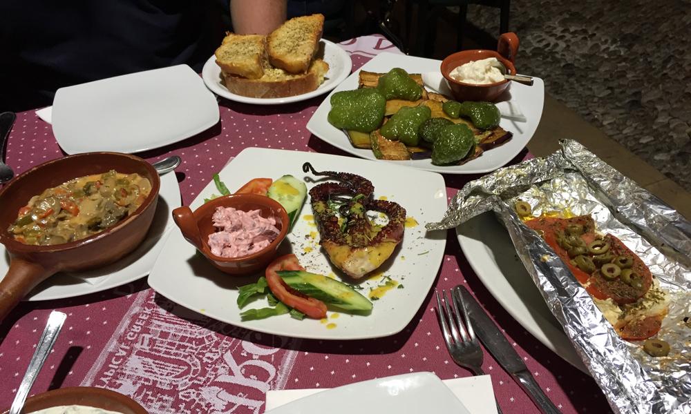 Maten på Archodiko Dimitris i gamlebyen var fantastisk god - anbefales! Foto: Henriette Gran Myreng