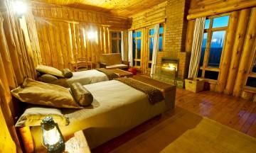 Selv dusjkabinettet ligger inne i en tømmerramme i hyttene på Chelinda Lodge. Foto: Gjermund Glesnes