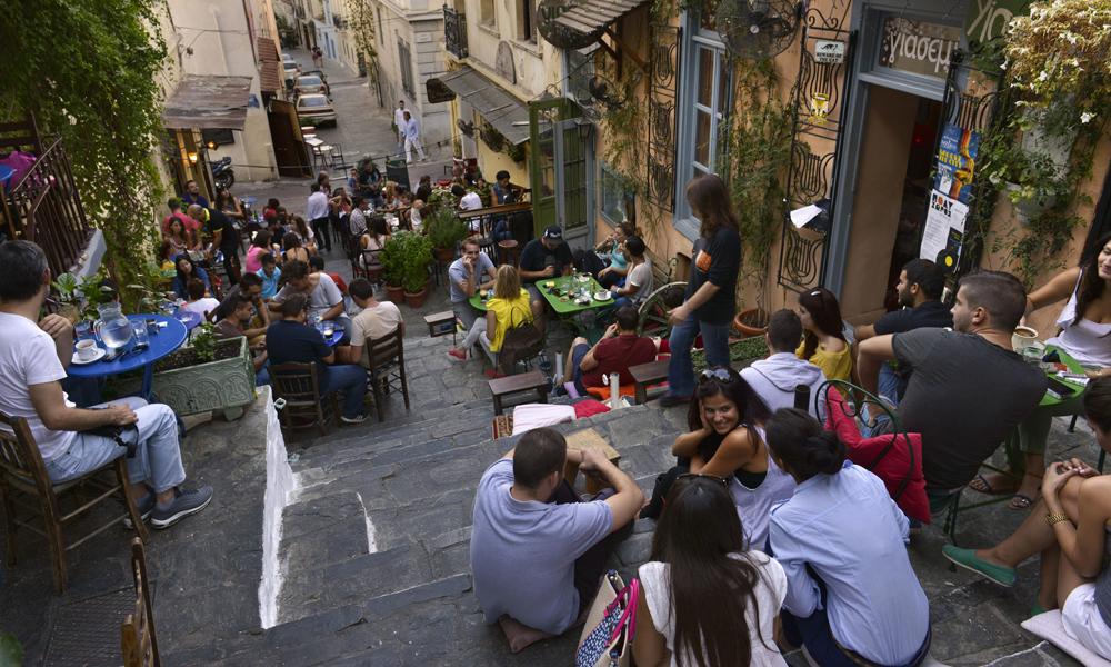 Athen har blitt mye hyggeligere etter at byen satt inn tiltak for å redusere biltrafikken.  Spesielt er trappebaren Yasemi i Plaka utrollig koselig. Foto: Gjermund Glesnes