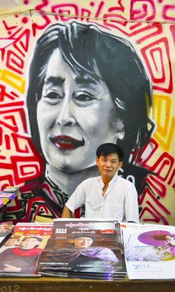 Det er ingen tvil om hvem som er den store helten på partikontoret til Aung San Suu Kyis parti i NLD. Partimedlem Khin Mg Aye selger hefter og bøker. Foto: Gjermund Glesnes