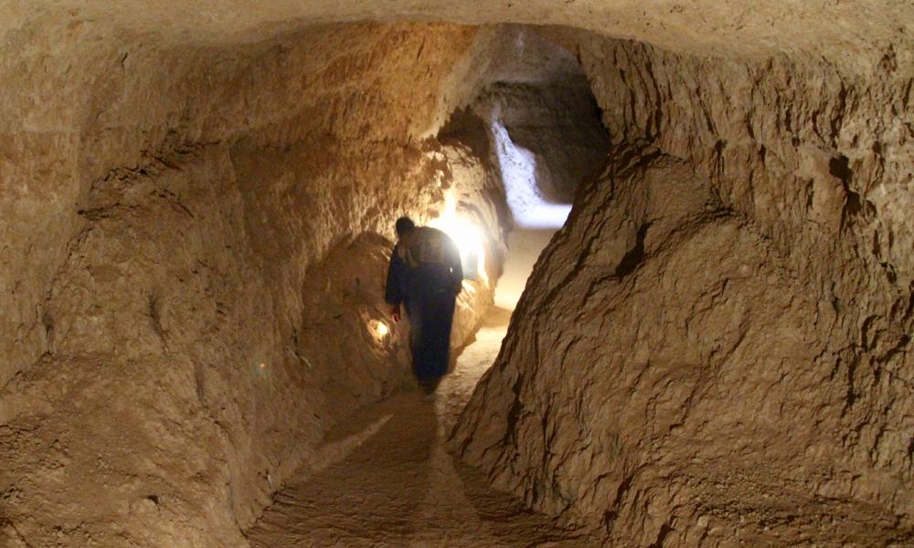Dypt nede i et underjordisk elveleie. Mustafa tenner stearinlys for oss. I regntiden fylles den milelange hulen med vann. Foto: Hans-Christian Bøhler