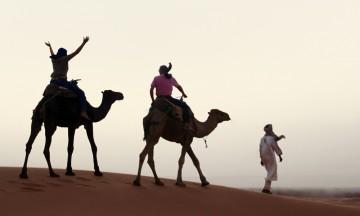 Vi leker i sanddynene og rir hjem i det svinnende ørkenlyset. Foto: Simo Guide
