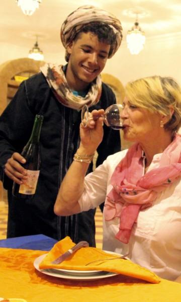 Moha er stolt av den Marokkanske vinen han kan tilby. Den bifalles av Pia! Foto: Hans-Christian Bøhler