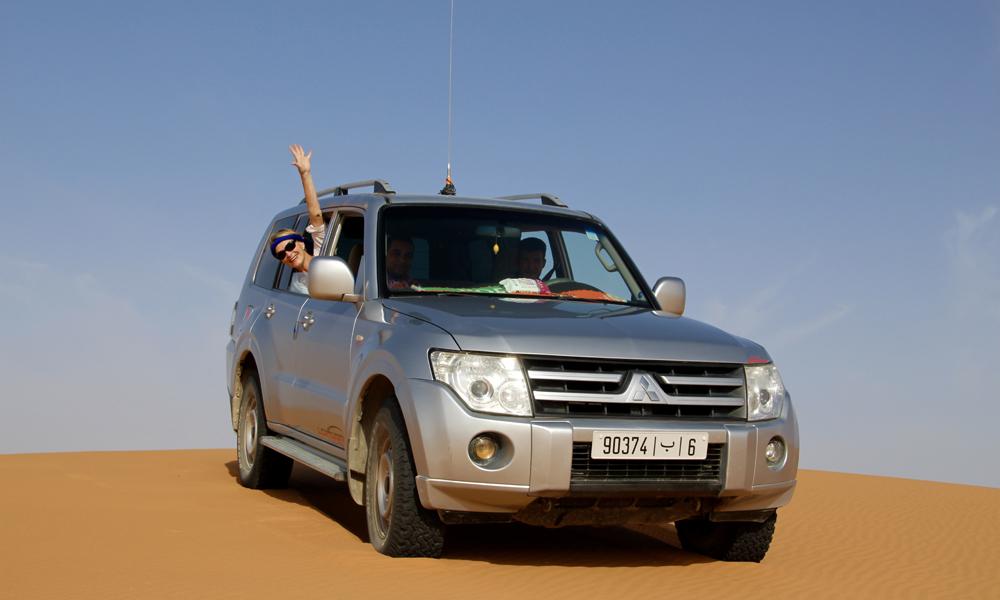 Kjøring i sanddynene krever at man holder stor fart og vrir rattet kjapt fra side til side. Ellers står man fast. Foto: Hans-Christian Bøhler