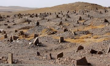 Vi passerer en flere hundre år gammel muslimsk gravplass i ørkenkanten. Alle er begravet med hodet mot Mekka. Foto: Hans-Christian Bøhler