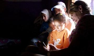 Hjemme hos berberfamilen. Pia tar selfier med barna og de studerer bildene av seg selv med intens interesse. Foto: Hans-Christian Bøhler