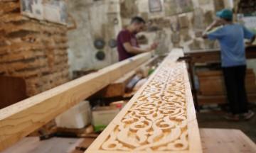 Håndverkene drives på samme måte i dag som i middelalderen. I medinaen har ikke den moderne tiden kommet enda. Her stikker vi innom to trivelige snekkere. Foto: Hans-Christian Bøhler