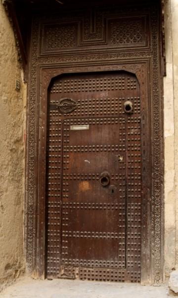 Døren i døren. Den lille døren i døren er for kvinner, og de bruker denlille dørhammeren. En mann bruker den øverste dørhammeren, og da åpnes hele døren. Foto: Hans-Christian Bøhler