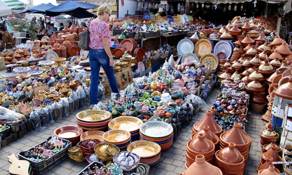 Vi stopper i vakre, ekte Meknes. Markedet er for lokalbefolkningen. Turister er det nemlig ikke mye av. Det rykker sterkt i shopping-genet til Pia. Foto: Hans-Christian Bøhler