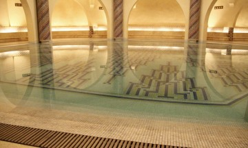Under moskeen er det en hammam, et tyrkisk bad, utført i samme overdådige stil. Det frister å kaste seg ut i det speilblanke vannet. Foto: Hans-Christian Bøhler