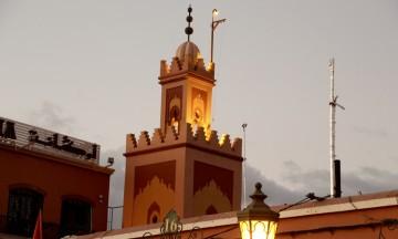 Bønneropene runger ut over markedsplassen Jamaa El Fna i Marrakech. Fem ganger i døgnet fylles plassen med en eksotisk stemning som forsterker de visuelle inntrykkene. Foto: Hans-Christian Bøhler