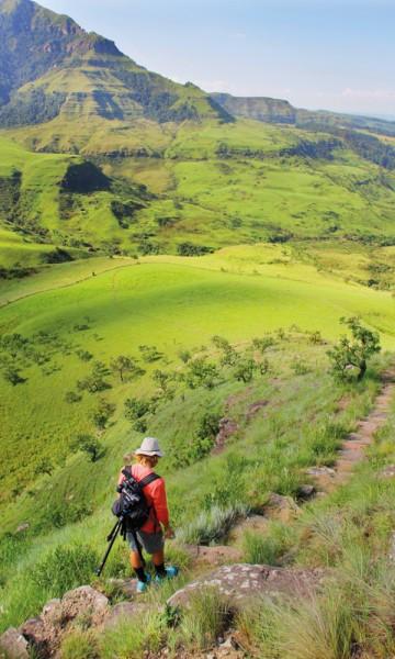 Ruta vi følger fører oss mellom pompøse fjell, neongrønne gressenger, bekker og fossefall. Foto: Kjersti Vangerud