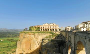 I Ronda i Andalucia er det gamle rådhuset gjort om til parador. Beliggenheten er til å miste pusten av – helt på kanten av den store kløften som deler byen i to. Foto: Marte Veimo