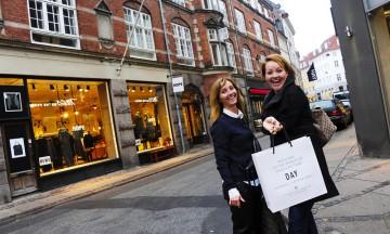 København har et enormt utvalg av butikker, så det er lett å gå seg vill i butikker og tilbud. Så da kan tipsene til stylist Sanni Lundberg (t.v) komme godt med! Foto: Torild Moland