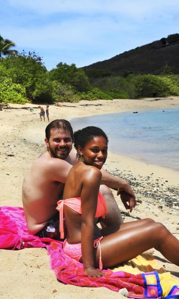 Courtney (25) og Glenn Feaser (25) fra Philadelphia valgte St. Croix fordi det er den roligste av øyene, og har finnet sitt paradis på Shoys Beach. Foto: Torild Moland