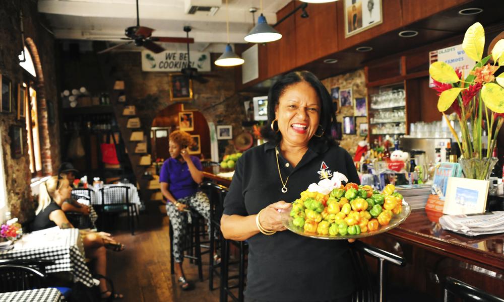Glady's er mer enn en kafe i sentrum av Charlotte Amalie – det er en institusjon. Selvprodusert hotsaus er hovedattraksjonen. Foto: Torild Moland